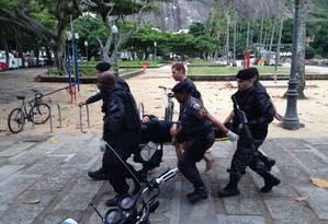 Policial ferido sendo socorrido Foto: Onde Tem Tiroteio (OTT-RJ)