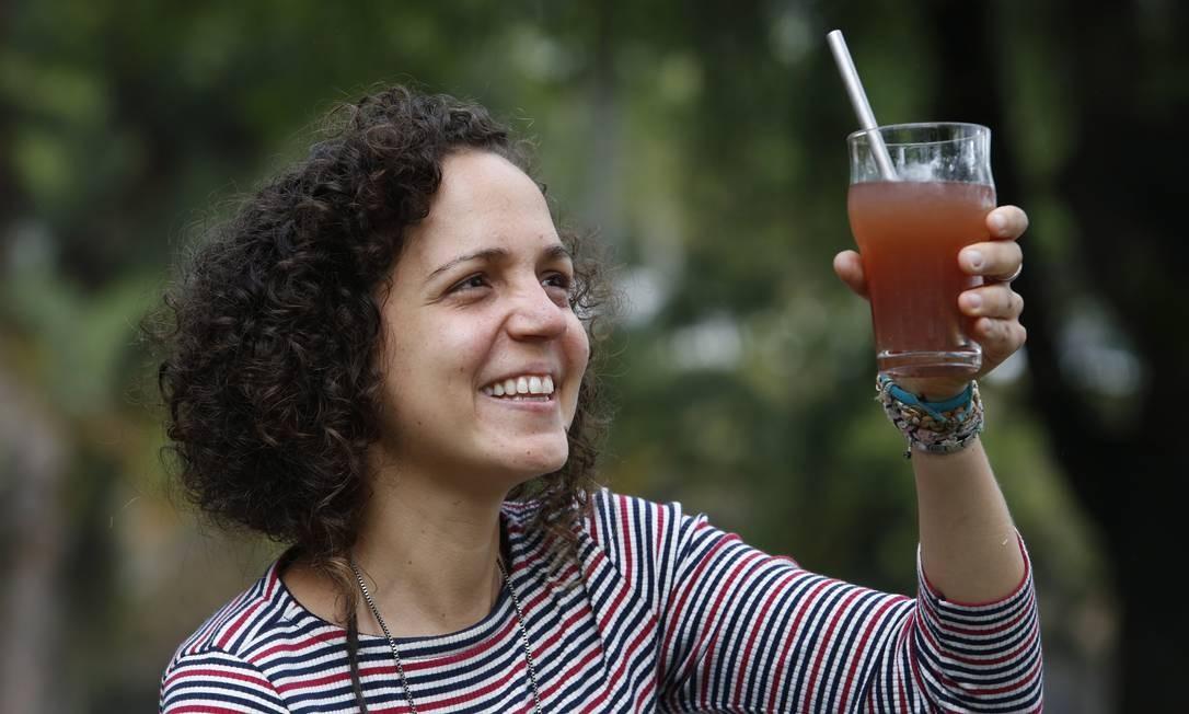 Ativismo. Priscilla mostra sua cocriação, o canudo eco reutilizável Foto: Fábio Guimarães / Fábio Guimãres