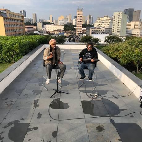 O cantor Andru Donalds canta 'Save me now' no Toca no Telhado do GLOBO Foto: André Miranda / Agência O Globo