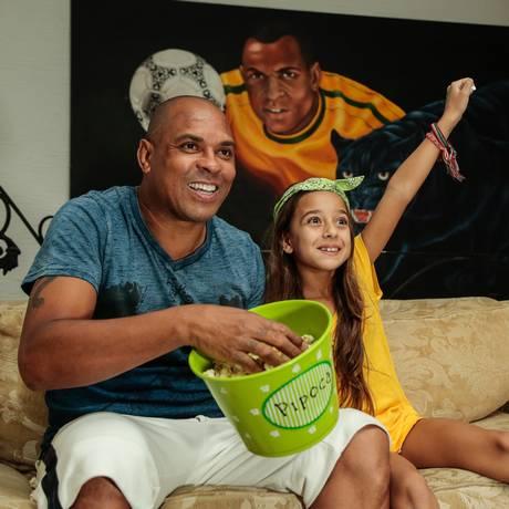 O jogador Donizete Pantera e sua filha Giully Foto: Brenno Carvalho / Agência O Globo