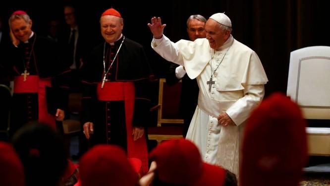 O Papa Francisco saúda fiéis ao chegar para reunião com crianças neste sábado no Vaticano: Pontífice esteve antes em reunião a portas fechadas com altos executivos de empresas petrolíferas Foto: REUTERS/STEFANO RELLANDINI
