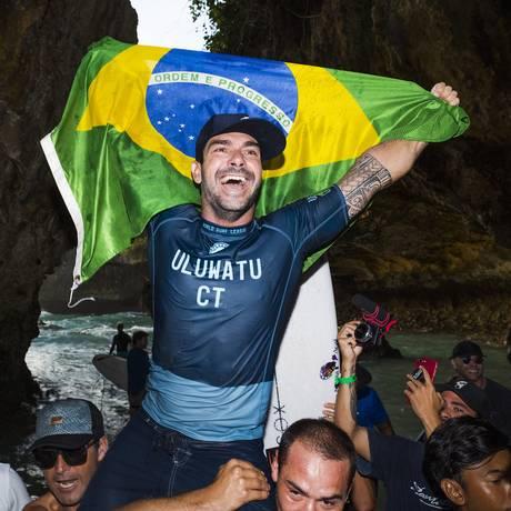 Willian Cardoso é carregado após vitória na final em Uluwatu, Bali, Indonésia Foto: Kelly Cestari / WSL