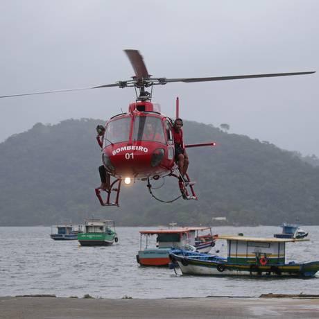 Duas embarcações de pescadores naufragaram na Baía de Sepetiba Foto: Marcio Alves / Agência O Globo