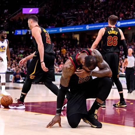 LeBron lamenta derrota do Cleveland para o Golden State na decisão da NBA Foto: Kyle Terada / USA TODAY Sports