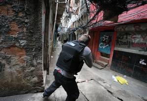 Moradores da Rocinha enfrentam mais uma manhã de tiroteio na comunidade Foto: Marcia Foletto / Agência O Globo