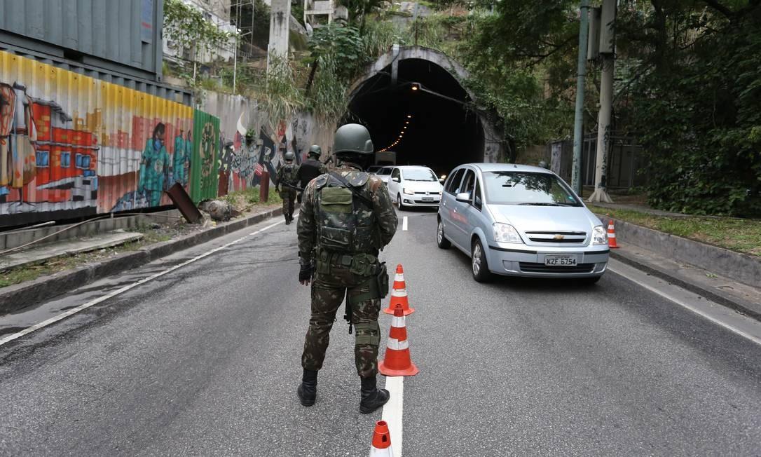 O Comando Conjunto não informou quantos militares, além de policiais civis e PMs, atuam na operação, que também realiza cerco e estabilização dinâmica nas favelas do Vidigal, Chácara do Céu e Parque da Cidade, todas na Zona Sul Foto: Marcia Foletto / Agência O Globo