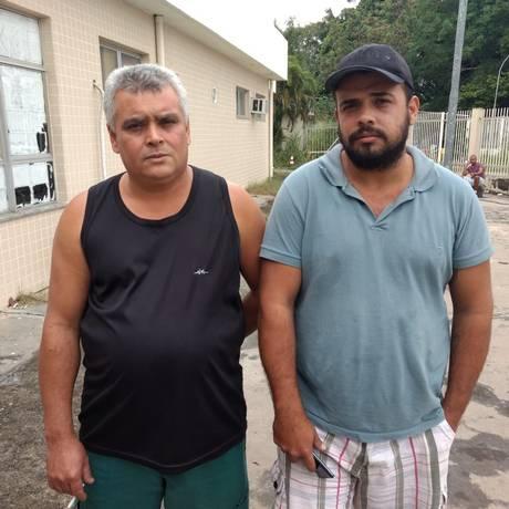 Josias Pereira da Silva e Adriano Silva, irmão e sobrinho de Milton, aguardavam liberação do corpo Foto: Agência O Globo