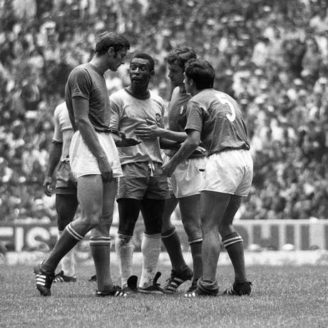Pelé é cercado em discussão com jogadores italianos Foto: Agência O Globo/21.06.1970