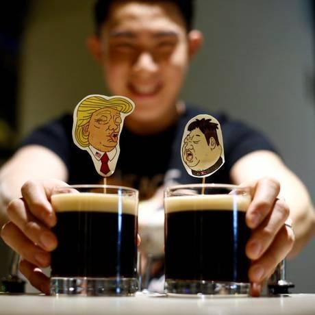 Bartender faz bebidas com imagens que imitam Trump e Kim em Cingapura Foto: FELINE LIM / REUTERS