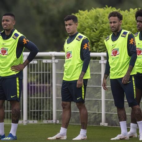 Gabriel Jesus, Philippe Coutinho, Neymar e Willian durante treinamento da seleção brasileira, no CT do Tottenham, em Londres Foto: Alexandre Cassiano / Agência O Globo