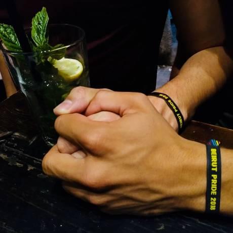 Libanês exibe pulseira da Beirut Pride 2018, evento que contava com uma semana de concertos, peças, palestras e workshops contra a homofobia. Três dias depois de começar, seu líder foi detido