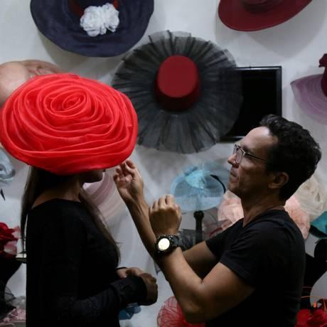 Jackeline Sousa escolhe seu chapéu com Denis Linhares, chapeleiro que a 10 anos faz a cabeça das frequentadoras Foto: Custódio Coimbra / Agência O Globo