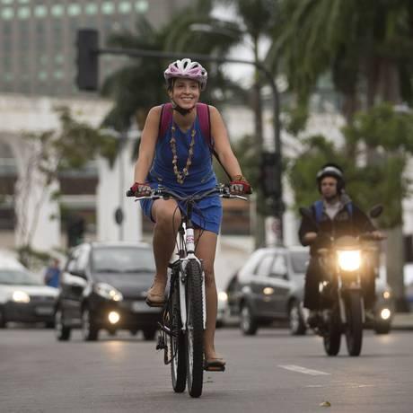Adriana Sodero, engenheira de computação, vai de bicicleta para o trabalho há três anos. Foto: Márcia Foletto / Agência O Globo