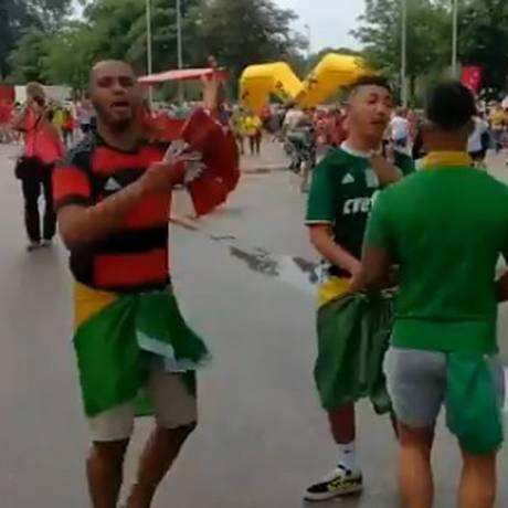'Jesus é melhor que Eto'o', cantam brasileiros Foto: Bruno Marinho