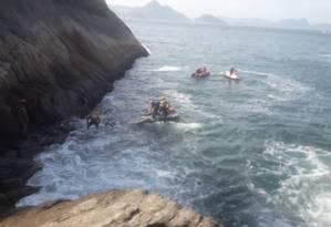 Bombeiros trabalham para resgatar corpos em pedras no mar da Praia Vermelha Foto: Reprodução