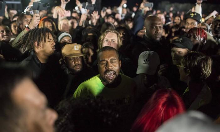 Kanye West cercado por amigos durante o lançamento do álbum 'Ye', em Moran, Wyoming Foto: RYAN DORGAN / NYT