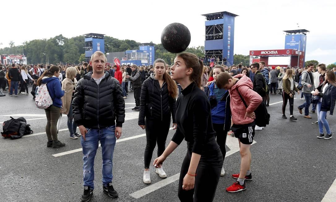 Em frente a universidade estatal de Moscou a Fifa organiza a Fan Fest. Logo na abertura a Russia mostra sua cara. Foto: Marcelo Theobald Marcelo Theobald / Agência O Globo