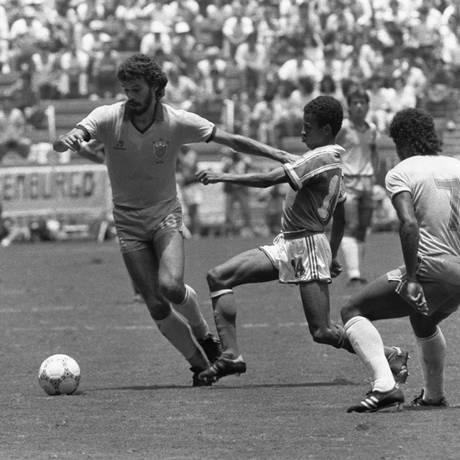 Sócrates escapa da marcação de um dos franceses Foto: Anibal Philot / Agência O Globo