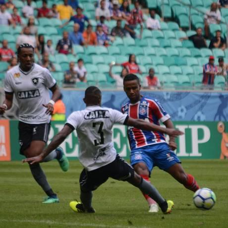 A Fonte Nova recebeu um jogo com polêmica de arbitragem e muitos gols Foto: Fotoarena / Agência O Globo