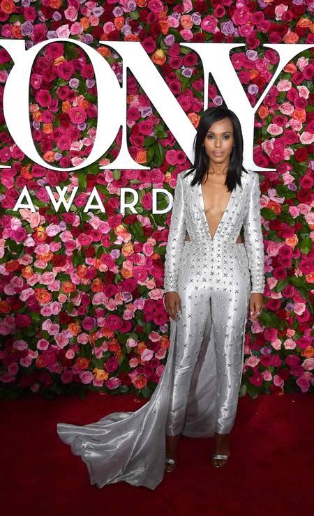 O tapete vermelho do Tony Awards, neste domingo, em Nova York, foi movimentado. Aqui, Kerry Washington usa Atelier Versace Foto: ANGELA WEISS / AFP