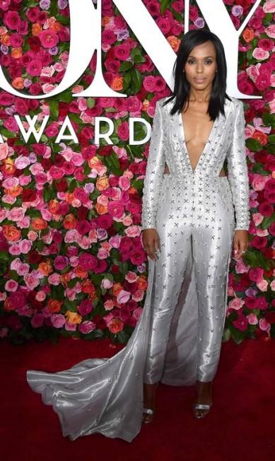 O tapete vermelho do Tony Awards, neste domingo, em Nova York, foi movimentado. Aqui, Kerry Washington usa Atelier Versace ANGELA WEISS / AFP