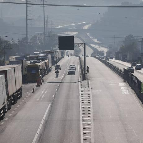 Caminhões parados na Rodovia Regis Bittencourt, em São Paulo, durante a greve dos caminhoneiros. Foto Marcos Alves / Agência O Globo