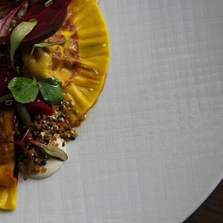 Laguiole LAB. Ravioli de beterraba, com passata de queijo de cabra e castanha do Pará Foto: Reprodução Instagram