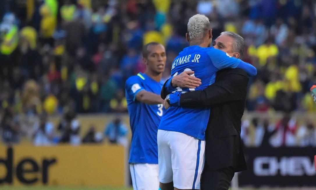 Tite abraça Neymar em sua primeira vitória com a seleção brasileira Foto   RODRIGO BUENDIA   f9d4b7e369737