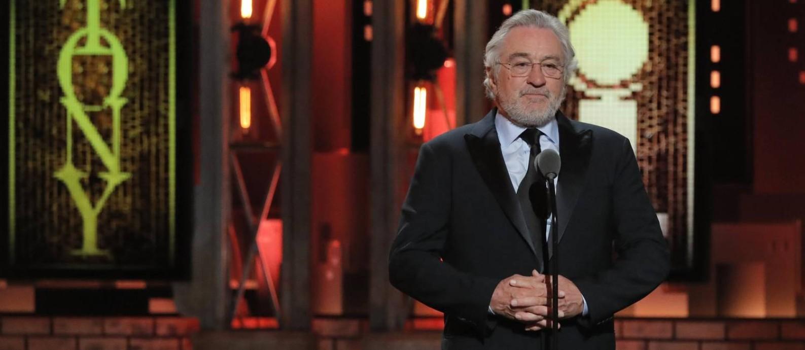 Robert De Niro faz discurso durante o Tony: comentários do ator contra Trump fugiram do tom da cerimônia, que evitou polêmicas Foto: LUCAS JACKSON / REUTERS