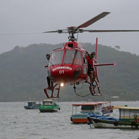 Helicóptero dos bombeiros durante buscas de vítimas no dia do acidente Foto: Marcio Alves (08/06/2018) / Agência O Globo