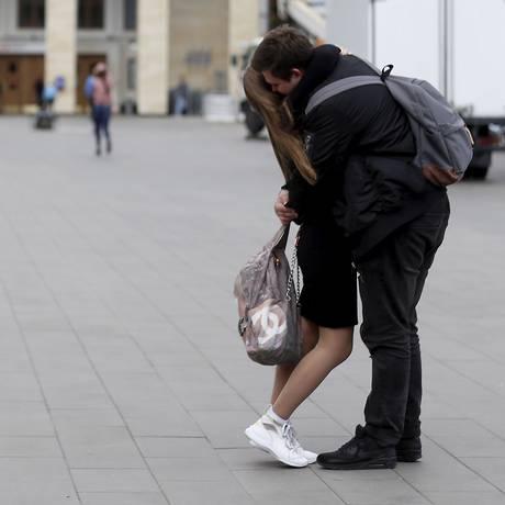 Casal se beija nas ruas de Moscou Foto: Marcelo Theobald / Agência O Globo