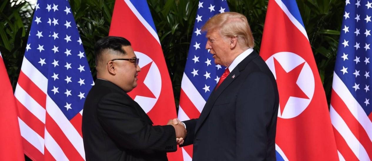 Kim e Trump se encontram para discutir a desnuclearização da Coreia do Norte, no primeiro encontro de um presidente americano e um líder norte-coreano Foto: SAUL LOEB / AFP