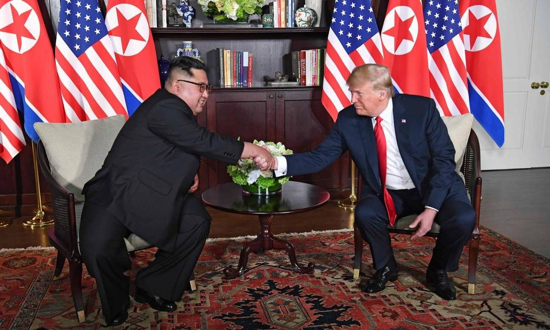 Com Kim sorridente, líderes apertam mãos em gesto de boa vontade para negociações; Trump disse que estava confiante para uma 'tremenda relação' com o ditador do regime de Pyongyang SAUL LOEB / AFP