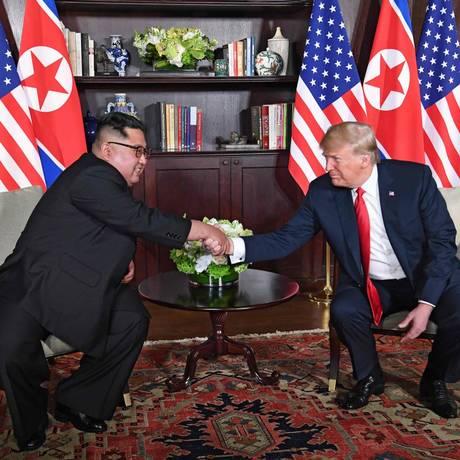 Com Kim sorridente, líderes apertam mãos em gesto de boa vontade para negociações; Trump disse que estava confiante para uma 'tremenda relação' com o ditador do regime de Pyongyang Foto: SAUL LOEB / AFP