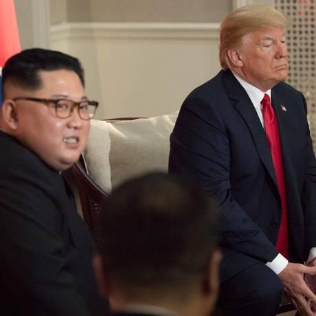 Kim e Trump diante de repórteres: americano foi quem mais falou Foto: SAUL LOEB / AFP