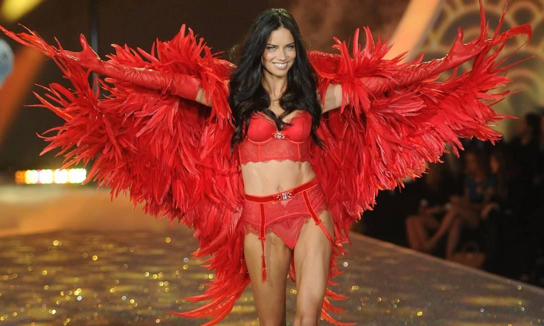 Neste 12 de junho, a top baiana Adriana Lima faz aniversário e completa 37 anos. Há mais de duas décadas na indústria da moda, ela segue requisitada para trabalhos importantes e como uma das principais angels da Victoria's Secret. Aqui, a modelo no desfile de 2013 da marca de lingerie Foto: Jamie McCarthy / Getty Images