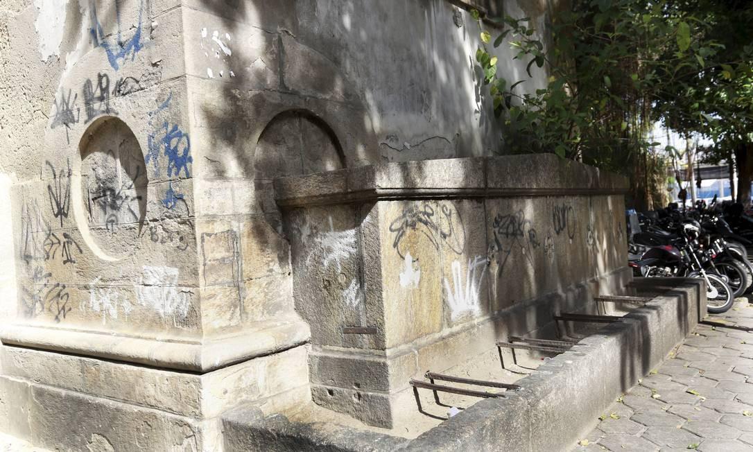 As cinco bicas de ferro fundido foram roubadas, a peça foi pichada e está repleta de infiltrações Marcos Ramos / Agência O Globo