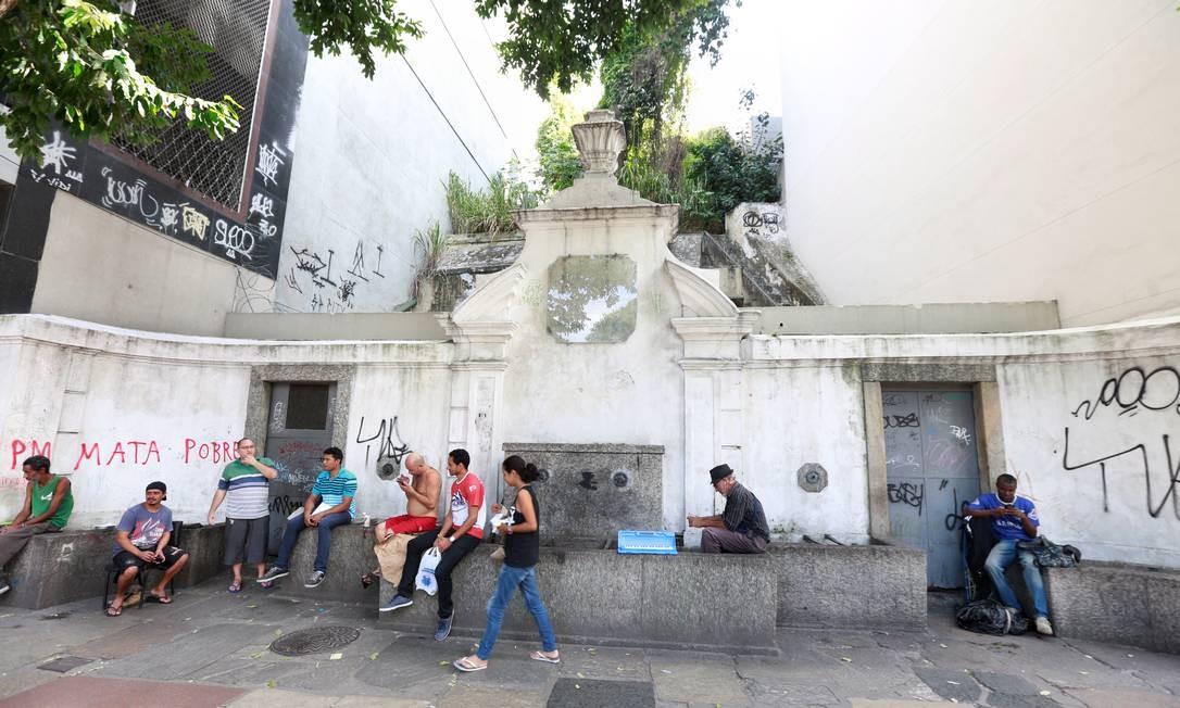O Chafariz da Glória, que tinha sido restaurado, já está de novo danificado Marcos Ramos / Agência O Globo