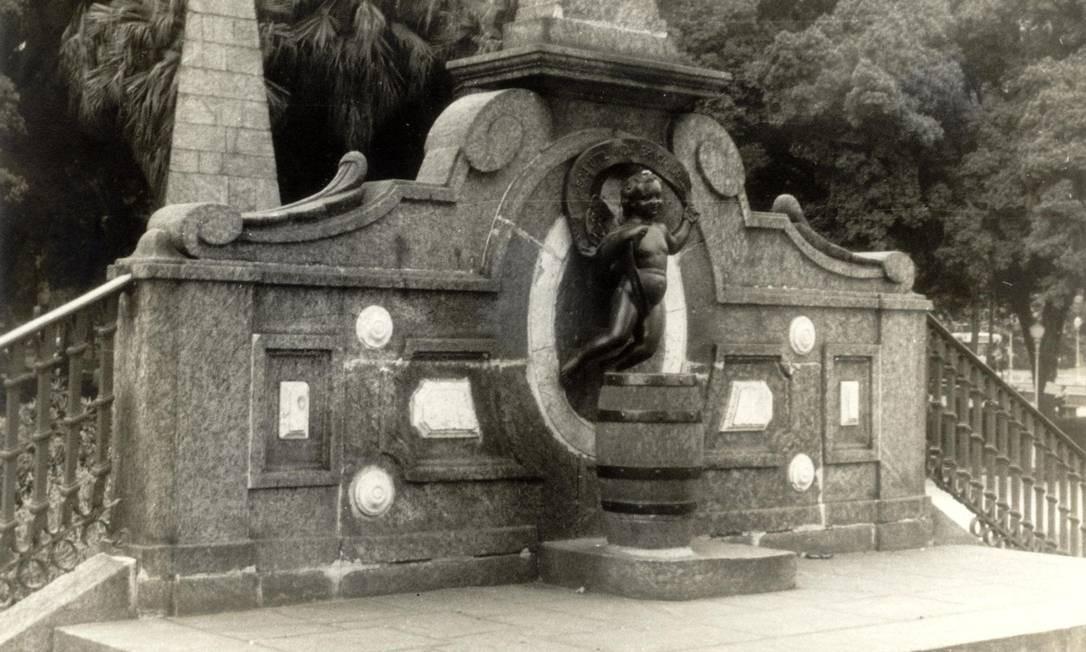 Foto de 1960 mostra a Fonte do Menino ainda com a estátua Hirico F. de Miranda / Divulgação