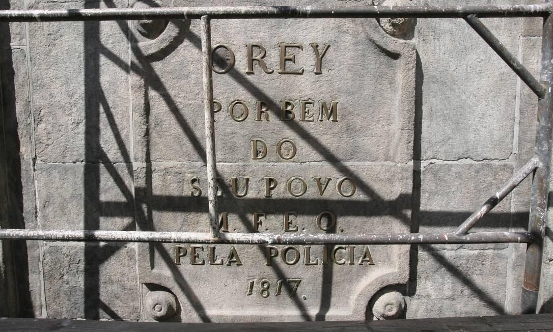 Inscrição no chafariz da Rua do Riachuelo. Em 2007, monumento passou por restauração Domingos Peixoto / Agência O Globo