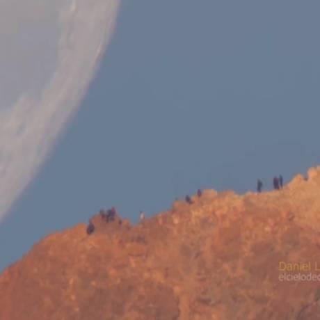 A Lua se põe por trás do Monte Teide, nas Ilhas Canárias Foto: Daniel López/YOUTUBE