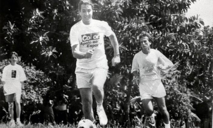 Collor e Zico jogam futebol, em 1990 Foto: João Ramid / Agência O Globo