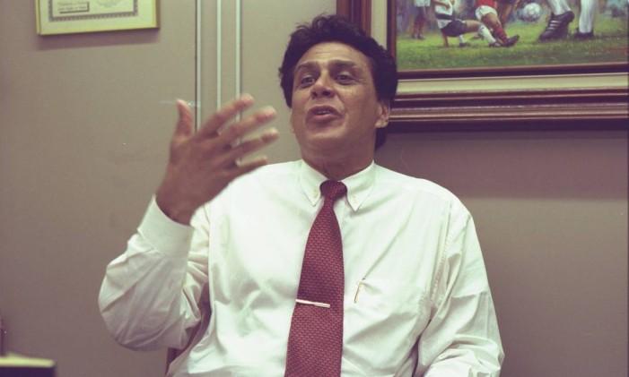 Roberto Dinamite em seu gabinete na ALERJ em 1998 Foto: Cezar Loureiro / Agência O Globo