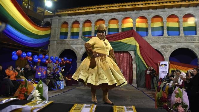 O movimento da chola transformista, na Bolívia, questiona estética, a performance e a autonomia dos corpos Foto: AIZAR RALDES / AFP