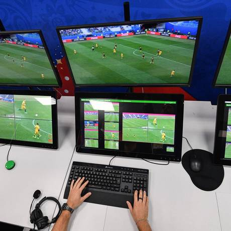 A sala de operações do árbitro de vídeo na Copa da Rússia Foto: MLADEN ANTONOV / AFP