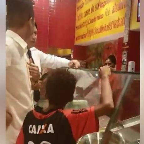 Segurança de shopping tentou impedir que jovem comprasse um prato de comida para uma criança Foto: Reprodução Facebook