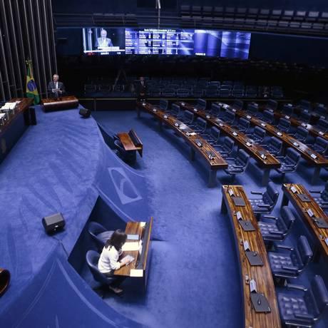 O senador Renan Calheiros discursa sozinho no plenário do Senado, 26/04/2018 Foto: Jorge William / Agência O Globo
