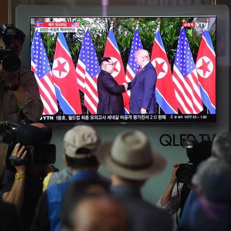 Sul-coreanos acompanham pela TV, em Seul, o encontro de Trump e Kim Foto: JUNG YEON-JE / AFP
