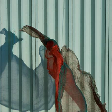 Os xales de cashmere desenvolvidas em Katmandu, no Nepal, ganham formas inusitadas na mostra Foto: Eduardo Rezende