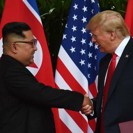 Presidente dos EUA, Donald Trump, e líder supremo norte-coreano, Kim Jong-un, apertam mãos durante cúpula em Cingapura Foto: ANTHONY WALLACE / AFP